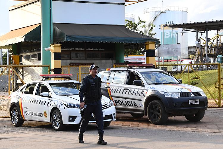 Policiais realizam cordão próximo de base de distribuição de combustíveis, em Brasília (DF) - 24/05/2018