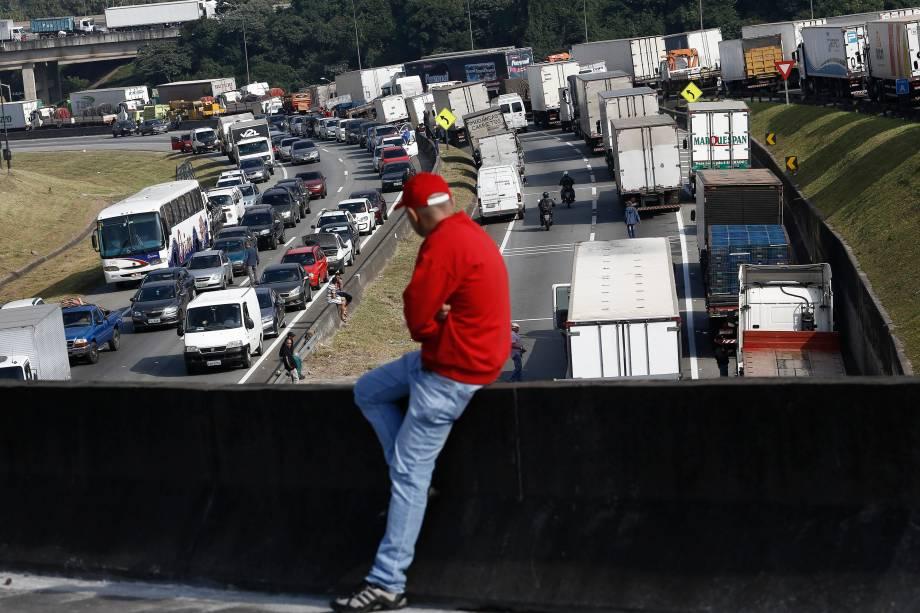 Caminhoneiros brasileiros bloqueiam a estrada Regis Bittencourt, durante greve em protesto contra o aumento do preço dos combustíveis - 24/05/2018