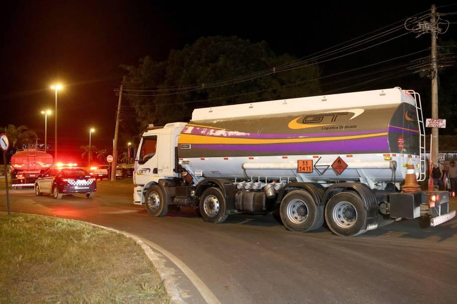 Manifestantes liberam caminhões abastecidos na distribuidora de combustivel em Brasília, após acordo com a policia militar - 24/05/2018