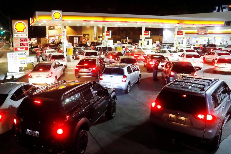 Veículos fazem fila para abastecer em posto de combustíveis de São Paulo (SP), durante a greve dos caminhoneiros - 23/05/2018
