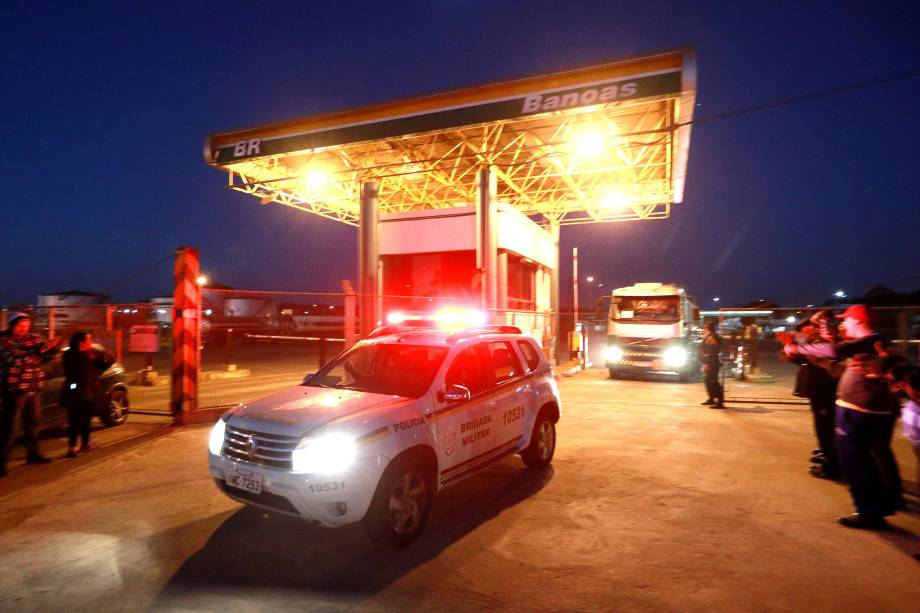 Polícia Militar acompanha caminhões transportando gasolina de um posto em Canoas (RS) - 26/05/2018
