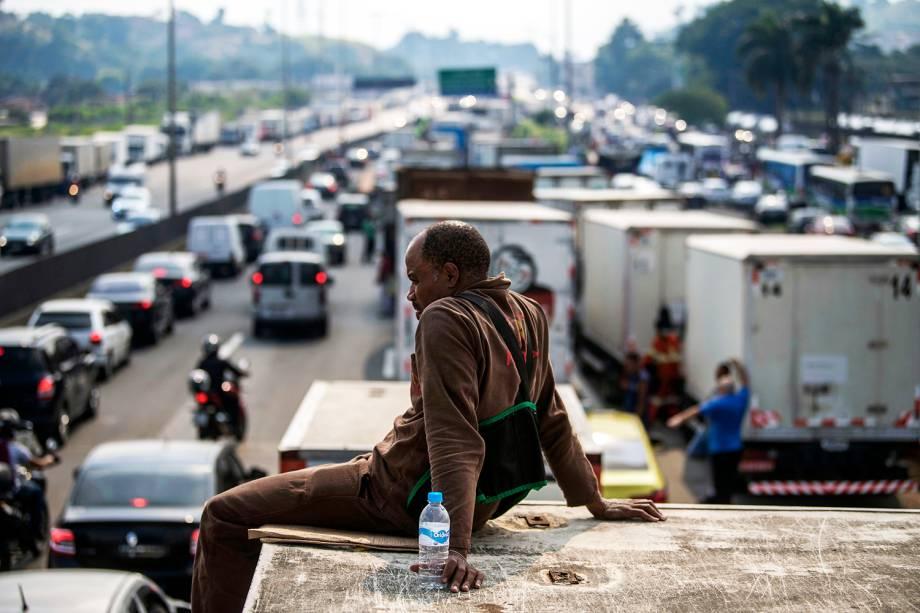 Caminhoneiros bloqueiam a Rodovia Washington Luis, na altura do município de Duque de Caxias (RJ), durante o quinto dia de greve - 25/05/2018