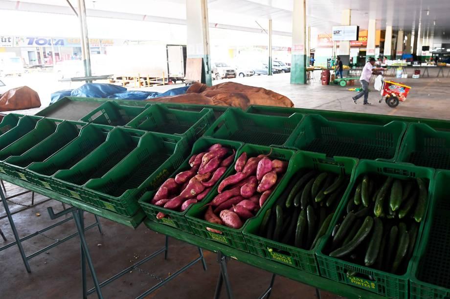 Caixas de frutas. verduras e legumes são vistas vazias no CEASA de Brasília (DF), durante o quinto dia da greve dos caminhoneiros - 25/05/2018