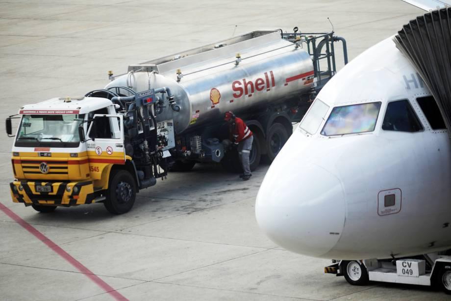 Avião é abastecido no Aeroporto Internacional de Brasília (DF), durante o quinto dia da greve dos caminhoneiros - 25/05/2018