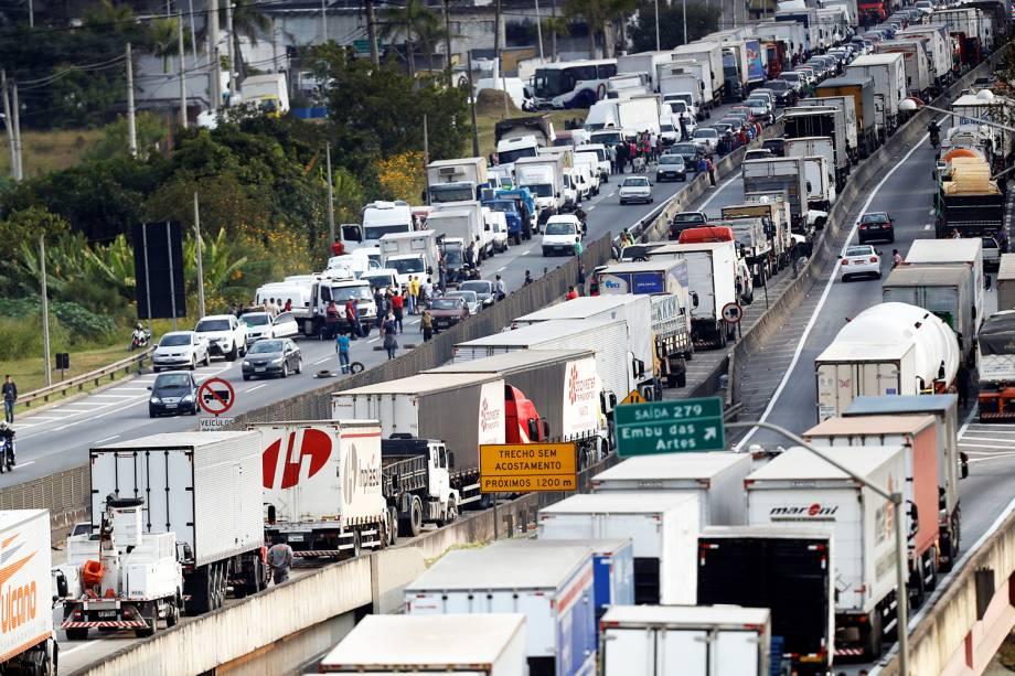 Caminhoneiros bloqueiam a rodovia Régis Bittencourt, na altura da cidade de Embu das Artes (SP), durante o quinto dia da greve dos caminhoneiros - 25/05/2018