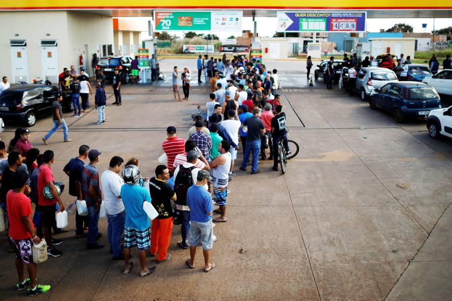 Pessoas fazem fila para encher galões em posto de combustíveis, na cidade de Luziânia (GO), durante o quinto dia da greve dos caminhoneiros - 25/05/2018