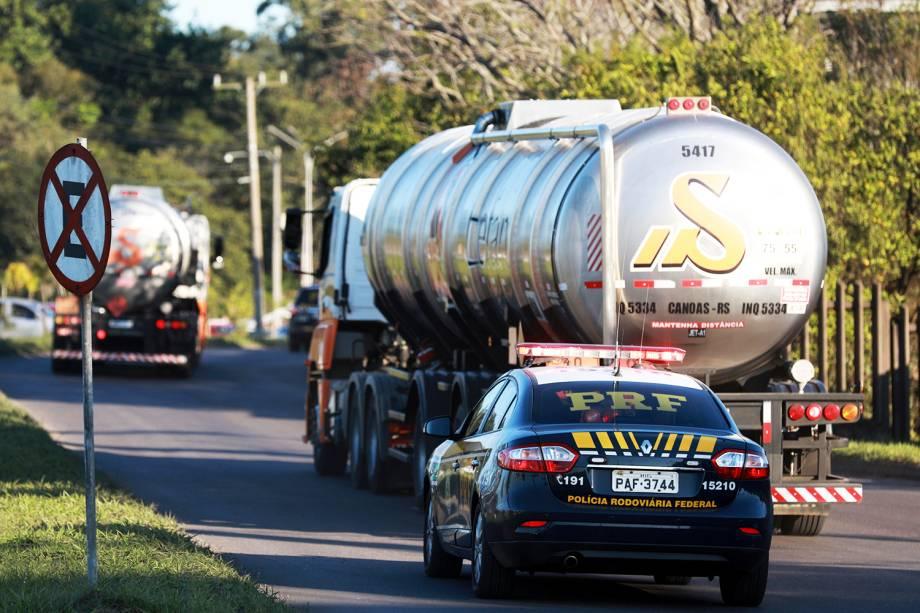 Viaturas da Polícia Rodoviária Federal (PRF) escoltam dois caminhões de combustíveis, em Porto Alegre (RS) - 25/05/2018