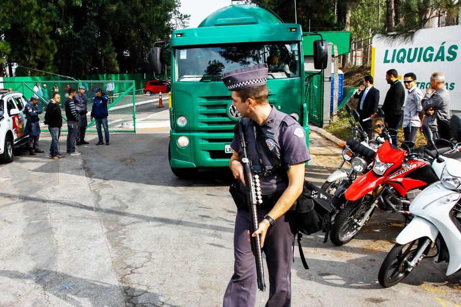 Caminhões de gás com destino a hospitais são liberados com escolta da Polícia Militar, em Barueri (SP), durante o quinto dia da greve dos caminhoneiros - 25/05/2018