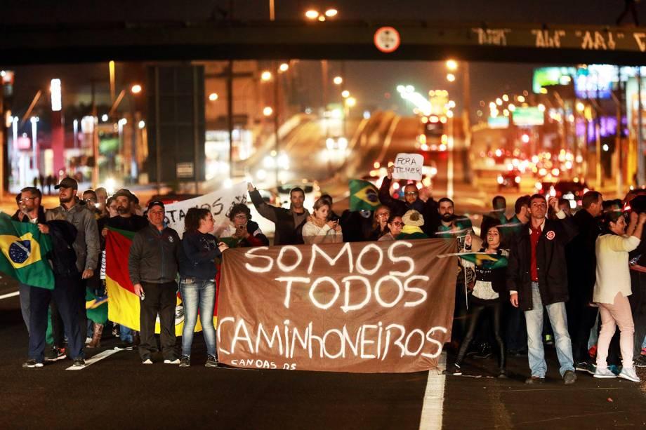 Manifestantes protestam em estrada no município de Canoas (RS), durante o quinto dia da greve dos caminhoneiros - 25/05/2018