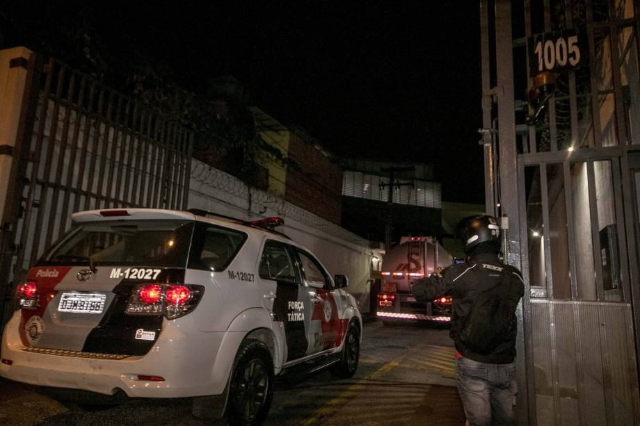 Comboio de caminhões tanques são escoltados por viaturas da Polícia Militar, levando querosene do aeroporto de Cumbica para o aeroporto de Congonhas, na zona sul de São Paulo durante a madrugada - 25/05/2018