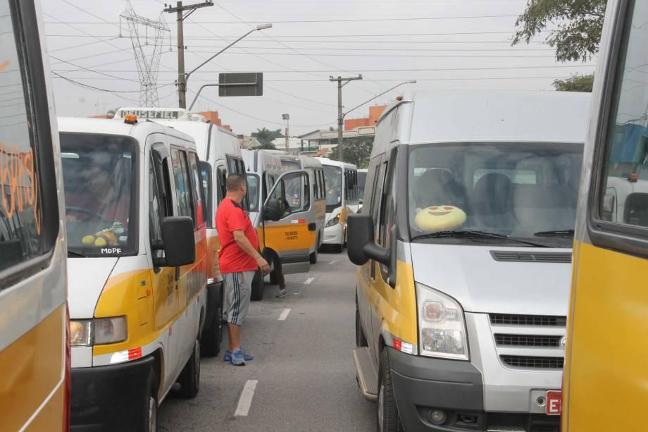 Condutores de vans escolares realizam protesto em apoio à greve dos caminhoneiros, em São Mateus, Zona Leste de São Paulo - 25/05/2018