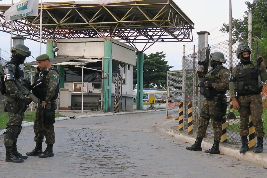 Homens da Polícia do Exército garantem saída de caminhão-tanque de refinaria da Petrobras, na Baixada Fluminense - 25/05/2018