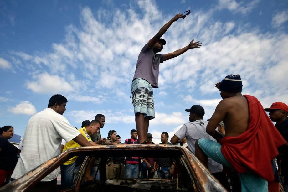 Manifestantes montam uma barricada em uma estrada enquanto protestam contra os preços dos combustíveis no bairro de São Marino, Ribeirão das Neves, região metropolitana de Belo Horizonte (MG) - 25/05/2018