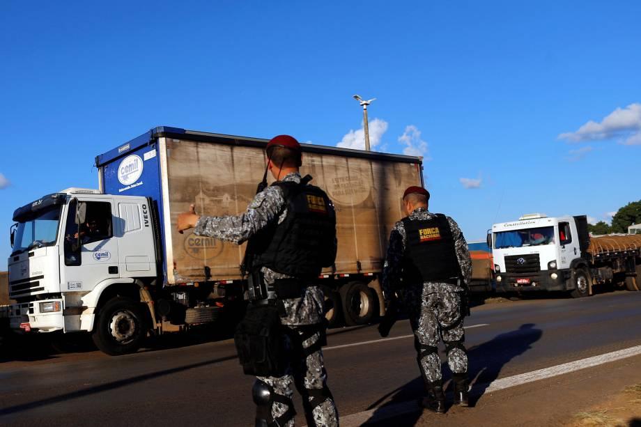 Membros da Força de Segurança Nacional trabalham na tentativa de desobstruir a rodovia BR-04 em Luziania (GO) - 26/05/2018