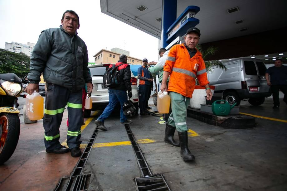 Motoristas enfrentam filas para abastecer em posto de combustíveis na zona norte de São Paulo (SP) devido à greve dos caminhoneiros que chega ao sexto dia neste sábado - 26/05/2018