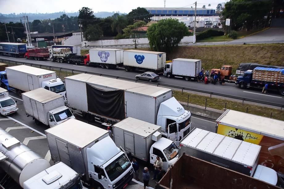 Protesto de caminhoneiros na Rodovia Régis Bittencourt, nos dois sentidos, na altura de Embu das Artes (SP) contra a alta dos preços dos combustíveis. A paralisação chega ao sexto dia neste sábado - 26/05/2018