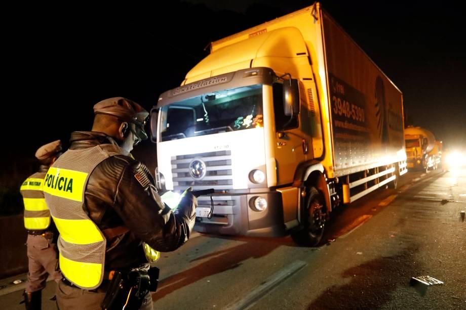 Policiais assumem posição depois de ordenar que caminhoneiros desobstruam a rodovia Anchieta em São Bernardo do Campo (SP) - 26/05/2018