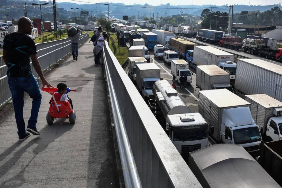 Caminhoneiros mantém bloqueio na rodovia Régis Bittencourt, a 30 km de São Paulo, durante greve em protesto ao preço dos combustíveis neste sábado - 26/05/2018