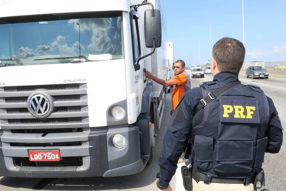 Polícia Rodoviária Federal determina aos caminhoneiros que estão parados no acostamento da BR-040, em frente à Refinaria Duque de Caxias (Reduc), que retirem os caminhões - 26/05/2018