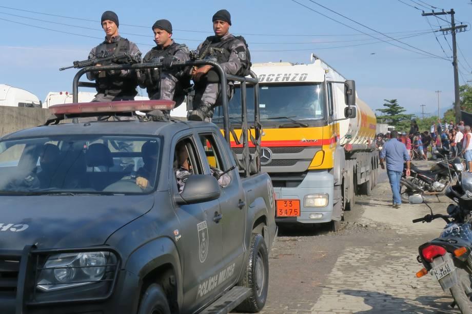 O Gabinete de Gestão da Crise (GGC) determina que a Polícia Militar (PM) faça a escolta de cinco caminhões-tanques para abastecer o BRT no Rio - 26/05/2018