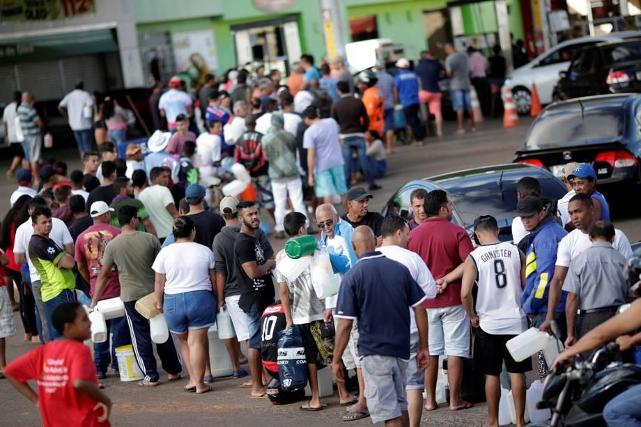 Pessoas fazem fila em posto de gasolina buscando combustível em Luziânia, Góias - 27/05/2018