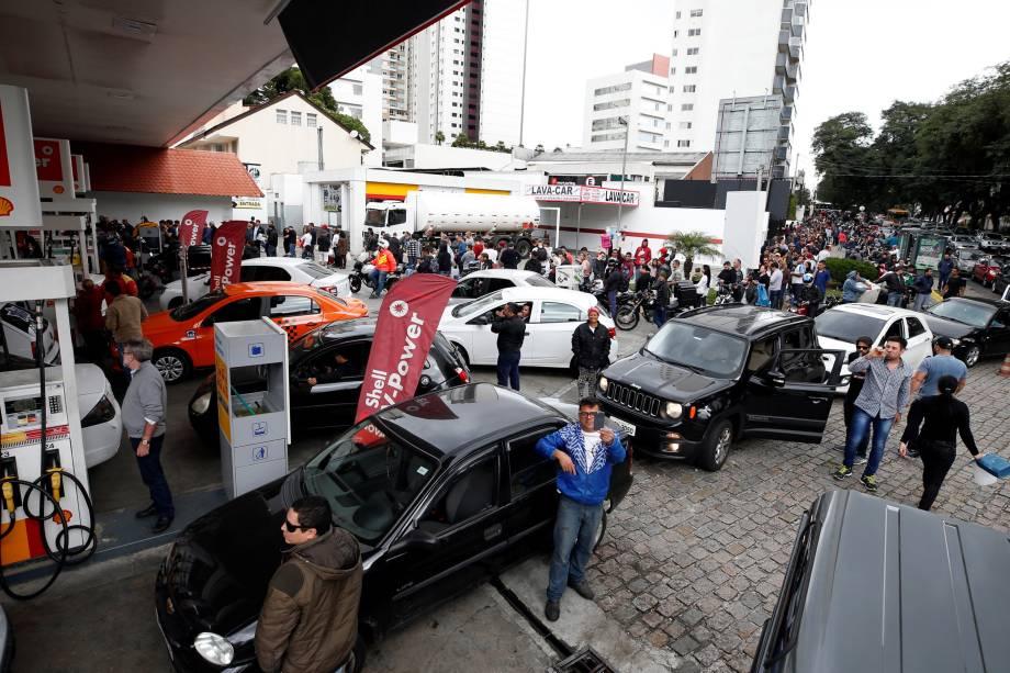 Carros e pedestres fazem filas para comprar gasolina em um posto de combustível em Curitiba (PR) durante o sétimo dia de paralisação dos caminhoneiros - 26/05/2018