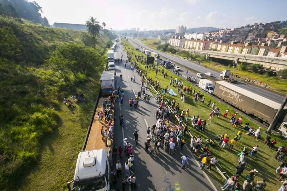 Manifestantes se juntam aos caminhoneiros na rodovia Anchieta, altura do km 23, no sentido litoral, durante protesto contra a alta no preço do diesel durante sétimo dia de paralisação - 27/05/2018