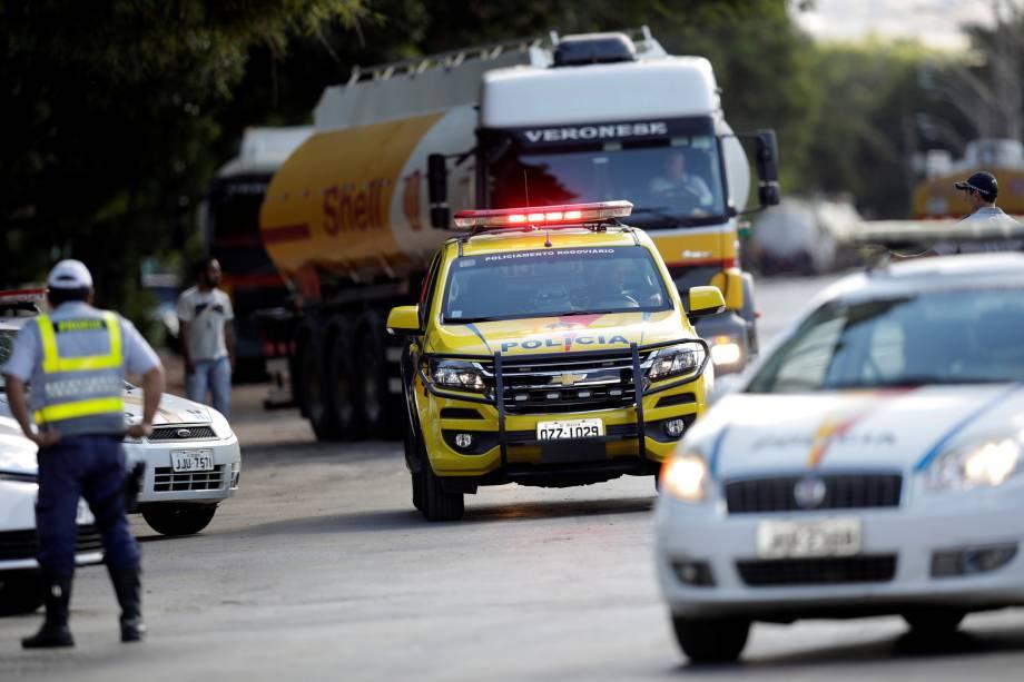 Policiais militares escoltam um caminhão que transporta combustível em Brasília - 27/05/2018