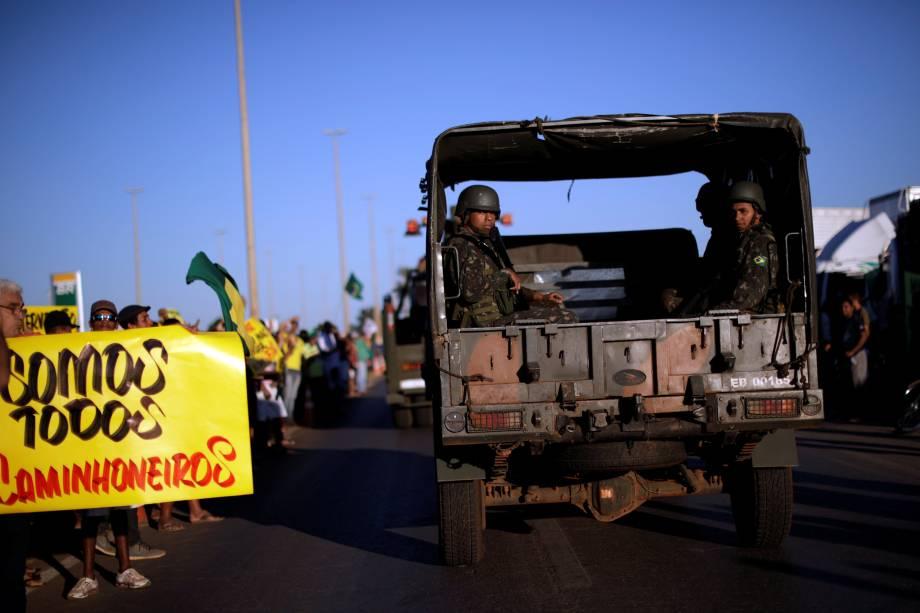 Caminhão que transporta oficiais do exército passa por manifestantes que apóiam os  caminhoneiros em protesto contra os altos preços do diesel em Luziania (GO) - 27/05/2018