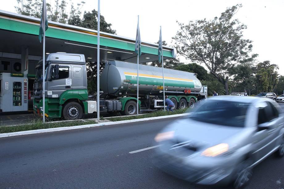 Caminhão-tanque abastece posto de combustivel no Plano Piloto, região central de Brasília - 27/05/2018