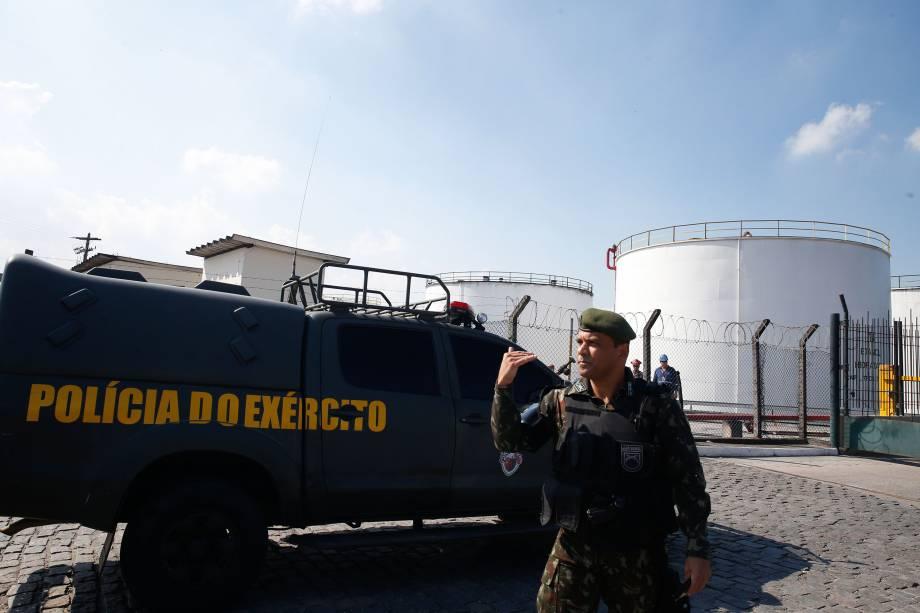 Um grupamento de militares da Polícia do Exército reforça segurança no entorno da Refinaria Duque de Caxias (Reduc) - 27/05/2018