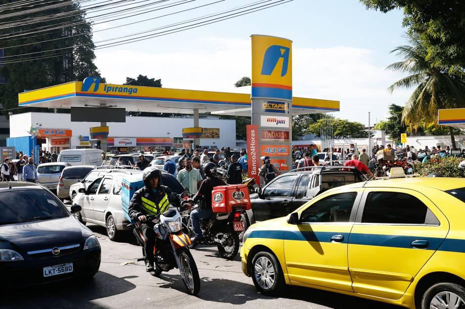 Posto de combustível em São Cristóvão recebe gasolina e volta a abastecer, gerando enormes filas de carros e motos no Rio de Janeiro - 28/05/2018