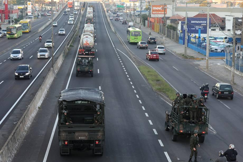 Militares do exército brasileiro escoltam carga de combustível na BR-116 em Canoas, Porto Alegre - 28/05/2018