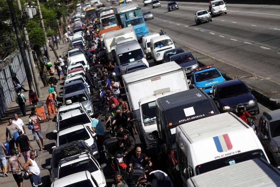 Motoristas formam fila para abastecer em posto de gasolina no Rio de Janeiro - 28/05/2018