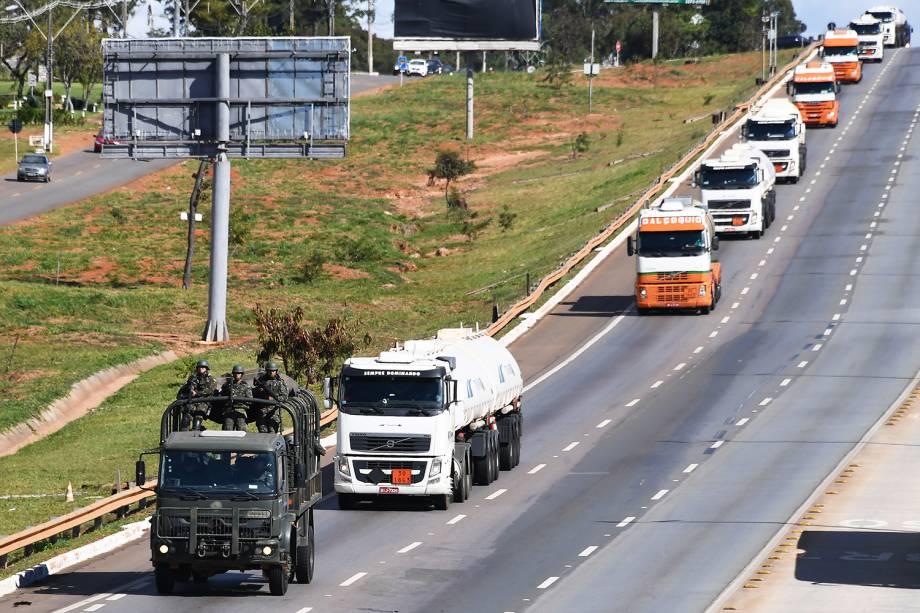 Caminhões são escoltados pelo Exército para abastecer aeronaves no Aeroporto Internacional de Brasília (DF), durante o oitavo dia da greve dos caminhoneiros - 28/05/2018