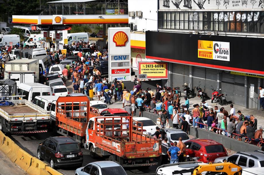 Veículos fazem fila para abastecer em posto de combustível no Rio de Janeiro (RJ), durante o oitavo dia da greve dos caminhoneiros  - 28/05/2018