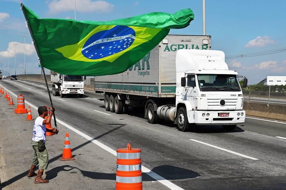 Manifestante é visto com bandeira do Brasil, próximo de refinaria em Duque de Caxias (RJ), durante o oitavo dia de greve dos caminhoneiros - 28/05/2018