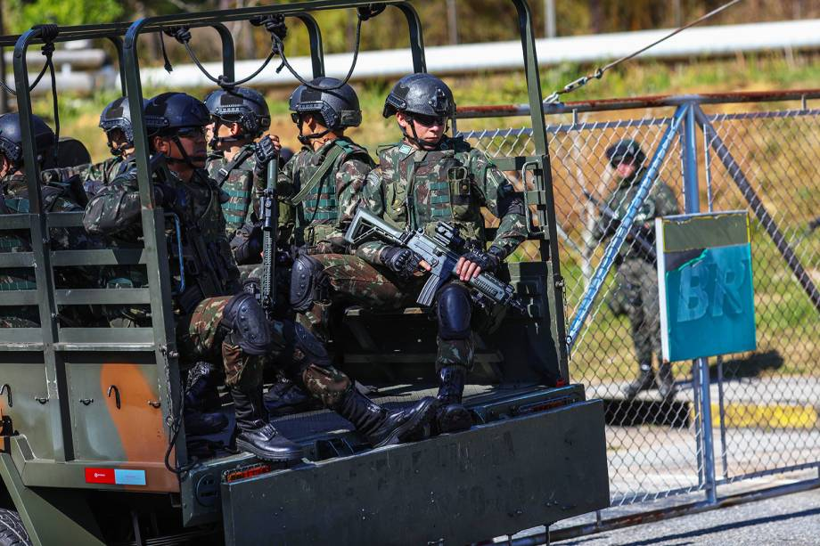 Tropas do Exército durante operação de escolta e proteção na refinaria da Petrobras, em Sao José dos Campos (SP) - 28/05/2018