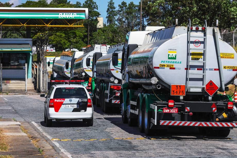 Tropas do Exército e viaturas da Polícia Militar durante operação de escolta e proteção de caminhões na refinaria da Petrobras, em Sao José dos Campos (SP) - 28/05/2018