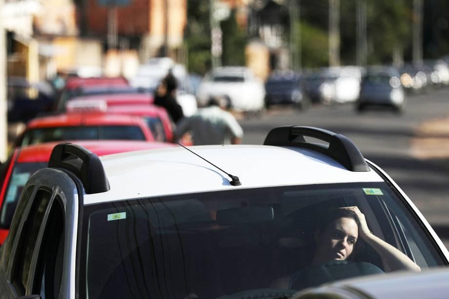 Mulher aguarda para abastecer veículo, em posto de combustíveis de Porto Alegre (RS), durante o nono dia da greve dos caminhoneiros - 29/05/2018