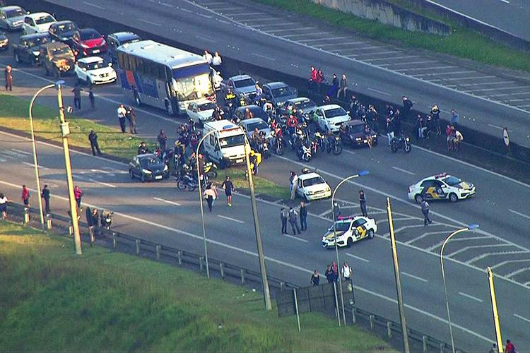 Polícia Militar faz bloqueio na rodovia Anchieta para evitar que motoristas avancem para trecho da via ocupado por manifestantes, em São Bernardo do Campo (SP) - 29/05/2018
