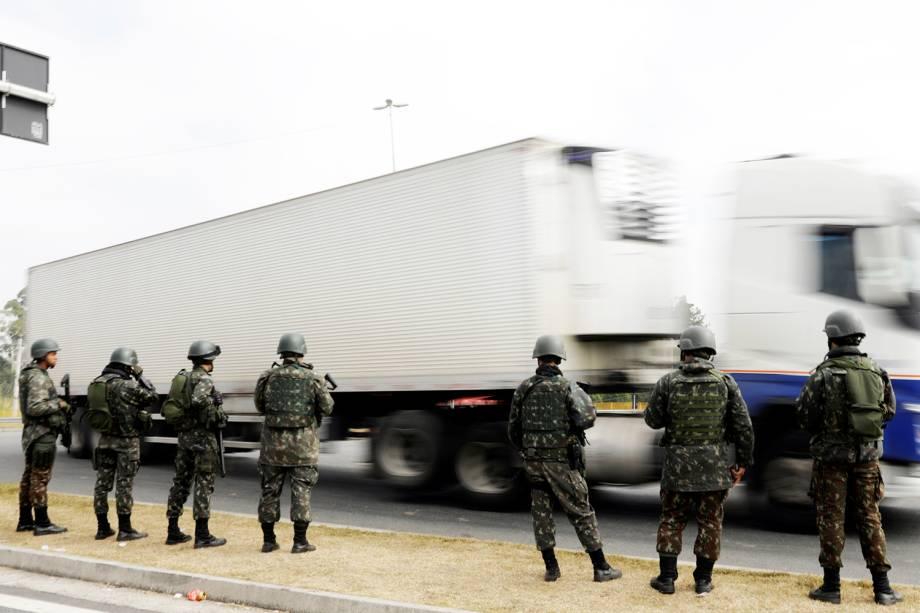 Membros do Exército realizam escolta de caminhões na BR-116, na altura da cidade de Jacareí (SP), durante o décimo dia da greve dos caminhoneiros - 30/05/2018