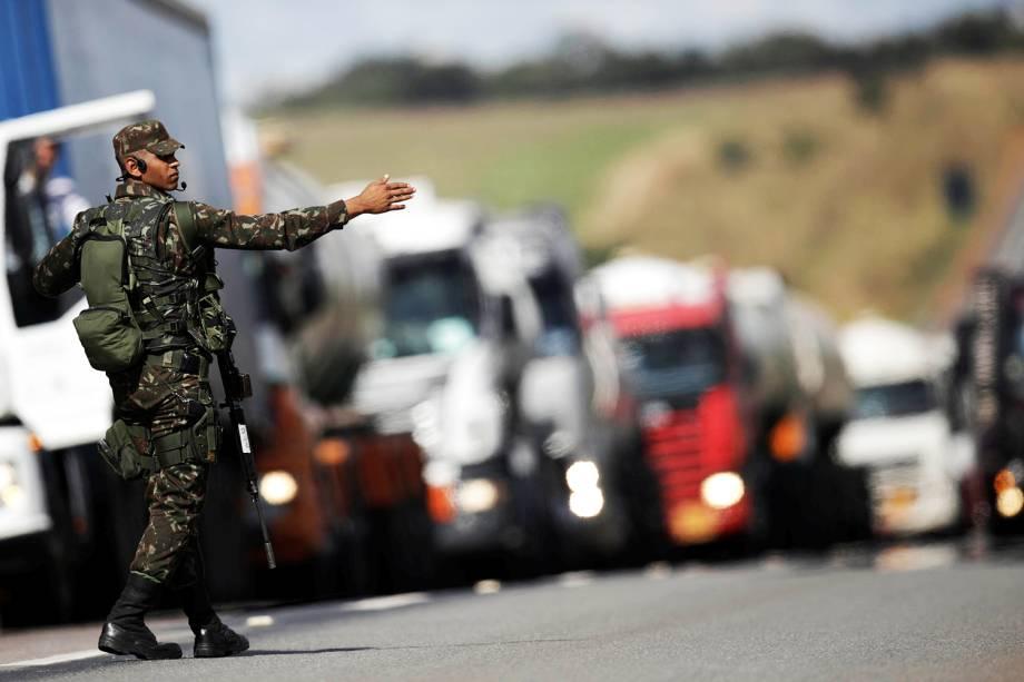 Oficiais do Exército realizam escolta de caminhões rumo ao Aeroporto Internacional de Brasília (DF), na BR-040 - 30/05/2018