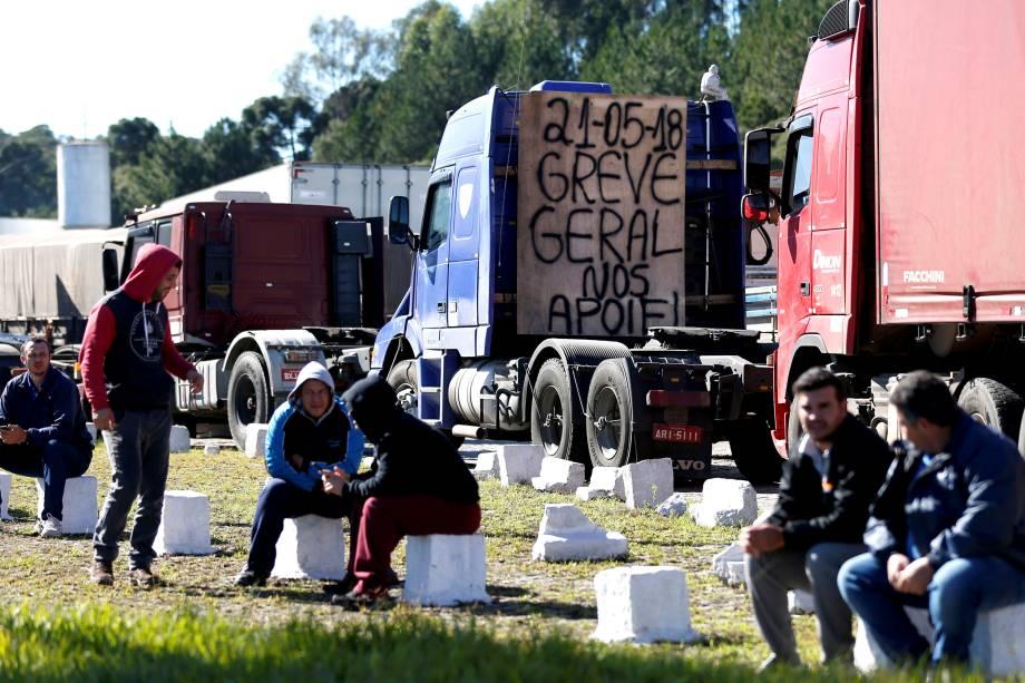 Caminhoneiros são vistos à beira da estrada após paralisarem a BR-116, em Curitiba, durante um protesto nacional contra o aumento do preço do combustível - 21/05/2018