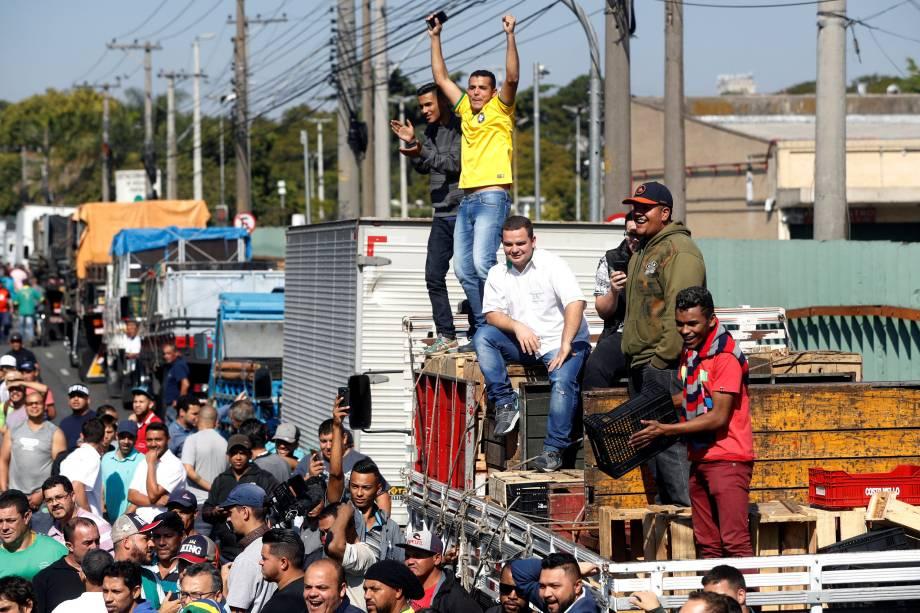 Caminhoneiros participam de um protesto contra o preço do diesel na Companhia de Armazéns Gerais de São Paulo (CEAGESP) - 28/05/2018