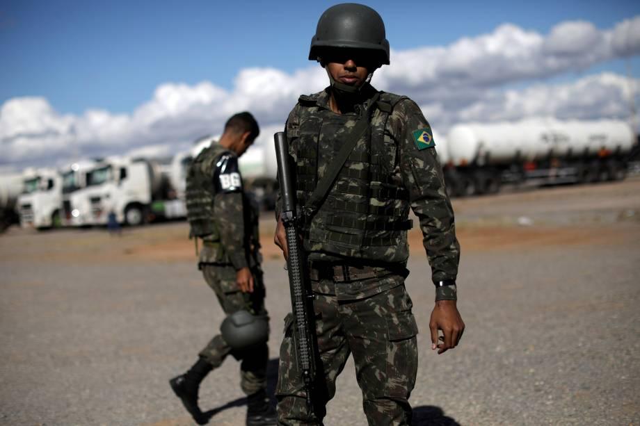 Oficiais do Exército patrulham o abastecimento de querosene da aviação no Aeroporto Internacional de Brasília - 28/05/2018