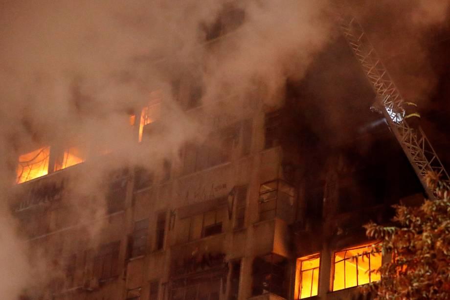 Bombeiros tentam extinguir um incêndio em um edifício no Largo do Paissandu, no centro de São Paulo - 01/05/2018