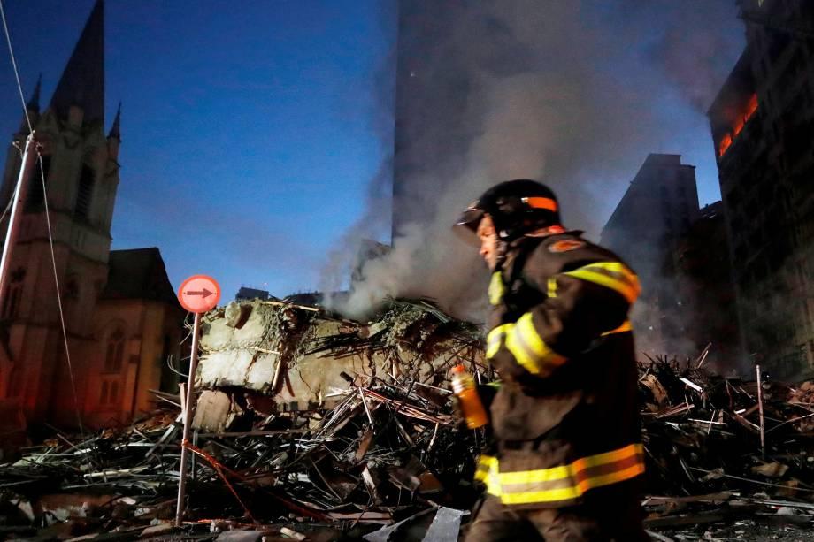 Bombeiros trabalham em meio aos escombros de um edifício no Largo do Paissandu, região central de São Paulo - 01/05/2018