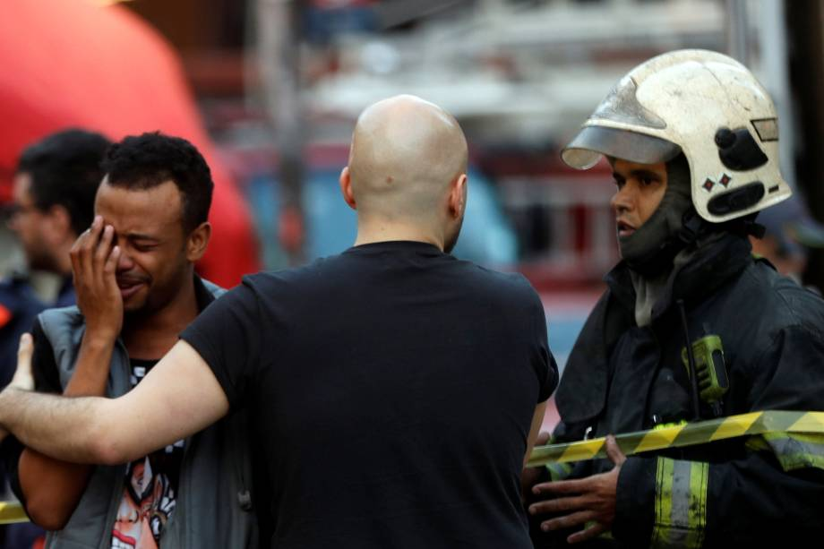 Homem chora após ser resgatado de um edifício em chamas no Largo do Paissandu, no centro de São Paulo - 01/05/2018