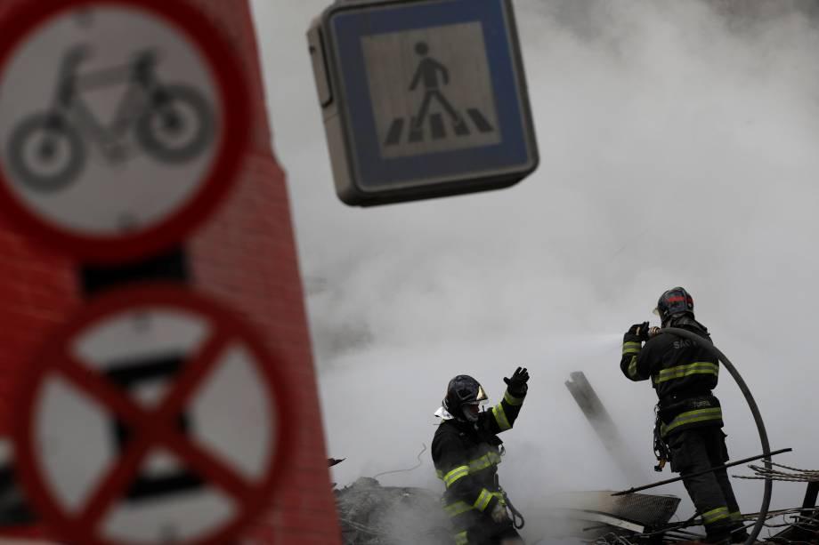 Bombeiros trabalham entre os escombros de um prédio de 26 andares que veio ao chão após incêndio no centro de São Paulo - 01/05/2018